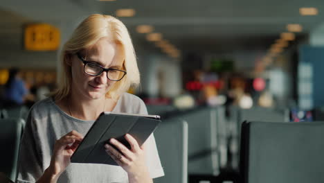 Woman-In-Glasses-Using-Tablet
