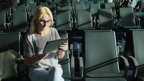 Woman-in-Airport-Gate-Uses-Tablet