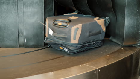 Luggage-on-Airport-Carousel