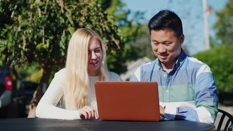 Man-and-Woman-Work-With-Laptop-Outdoors