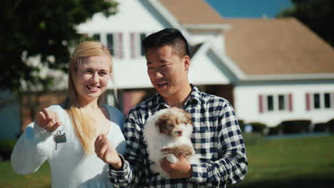 Couple-With-Puppy-and-New-House-Key