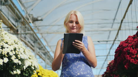 Woman-With-Tablet-in-Commercial-Greenhouse
