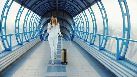 Stylish-Business-Woman-In-White-Suit-Goes-Through-The-Tunnel-Or-The-Transition-From-The-Glass-Lucky