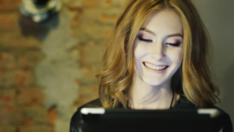 Women-20-25-Years-The-Model-Looks-She-Enjoys-The-Tablet-In-Cafe-Smiling