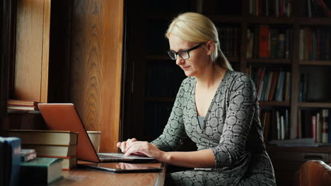 Woman-Works-With-Laptop-in-Library