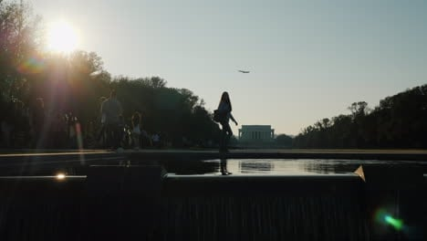 Tourists-Walk-by-Lincoln-Memorial