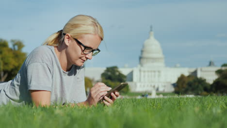 Woman-on-Smartphone-by-Capitol-Building