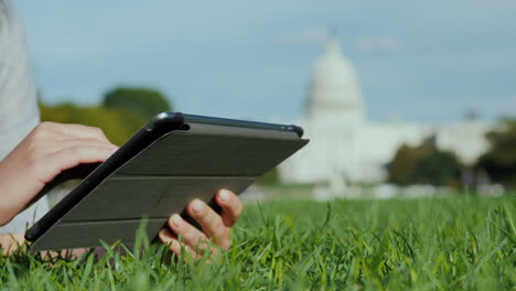 Hands-Tablet-Teléfono-By-Capitol-Building