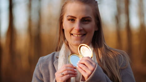 Woman-Reflects-Light-With-A-Small-Mirror-2