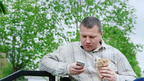 The-Man-In-The-Park-To-Eat-Fast-Food-Uses-Your-Smartphone