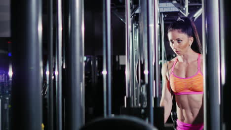 Athletic-Woman-Practicing-On-The-Simulator-In-The-Gym-Trains-Arm-Muscles-Female-Bodybuilding