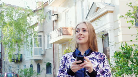 Girl-Goes-Through-The-City-Typing-On-The-Smartphone-The-Sun-Illuminates-Its-Beautiful-Hd-Video