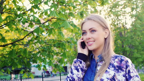 Young-Woman-Walking-In-The-Park-Talking-On-The-Phone-Prores-Hq-422-10-Bit