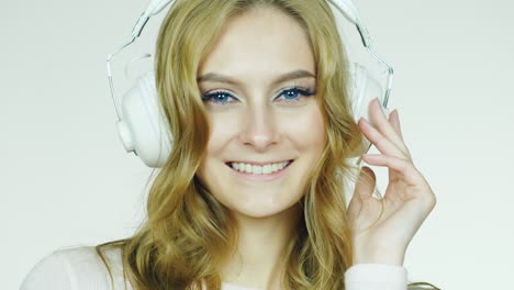 Portrait-Of-An-Attractive-Woman-Listening-To-Music-On-Headphones-Hd-Video