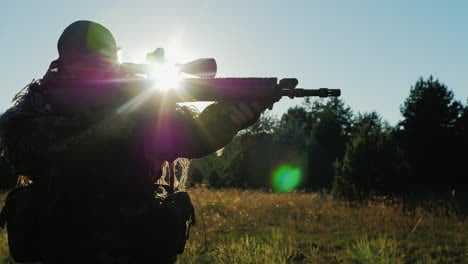 The-Player-Comes-With-Airsoft-Guns-The-Sun-Shines-Through-The-Rifle