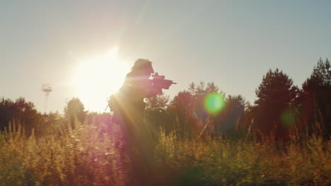 Silhouette-Of-Armed-Men-In-The-Attack-Runs-With-Arms-In-The-Sun