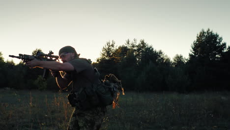 Soldier-In-Camouflage-Attack-In-The-Rays-Of-A-Sunset-In-Arms