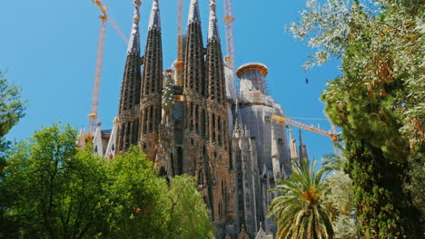 Closer-To-Sagrada-Familia-A-Dynamic-Video-With-Camera-Motion-The-Park-Is-Near-Walking-Tourists