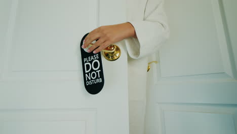 A-Woman-Refuses-To-Clean-The-Room-Hangs-A-Do-Not-Disturb-Sign-On-The-Door