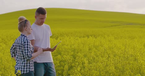 Farmers-Discussing-While-Using-Tablet-Computer-At-Farm-14