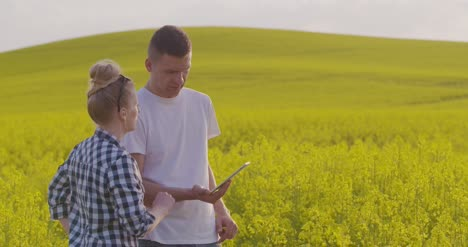 Farmers-Discussing-While-Using-Tablet-Computer-At-Farm-3