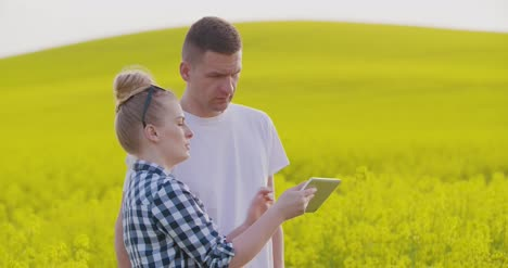 Farmers-Discussing-While-Using-Tablet-Computer-At-Farm-4