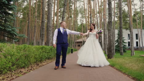 The-Bride-And-Groom-Are-Walking-In-The-Park-Steadicam-Shot