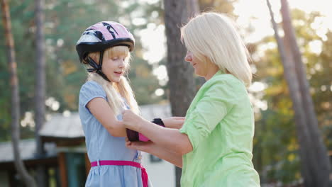 Parental-Care-Mom-Dresses-Daughters-Of-Elbow-Pads-For-Cycling-Or-Roller-Skates-4k-Video