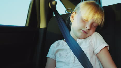 Blonde-Girl-6-Years-Dozing-In-The-Back-Seat-Of-The-Car-Traveling-In-A-Car-With-Children-4k-Video