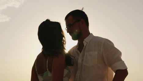 Silhouettes-Of-Man-And-Woman-Kissing-Against-The-Sky-In-A-Hot-Sunny-Day-Hd-Video