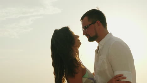 Young-Couple-On-Vacation-By-The-Sea-Kiss-On-The-Background-Of-The-Sky-And-The-Sun-Hd-Video