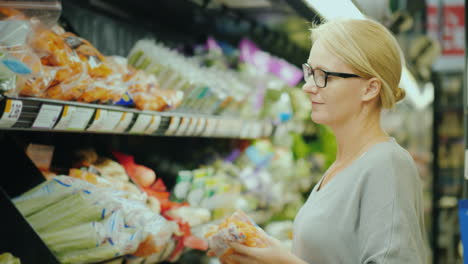 Woman-Chooses-Fresh-Vegetables-In-The-Organic-Department-Of-The-Supermarket-4k-Video