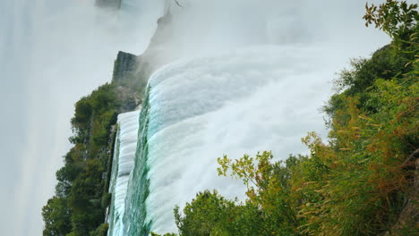 Vertical-4k-Video---The-Famous-Niagara-Falls-On-The-Border-Of-The-Usa-And-Canada