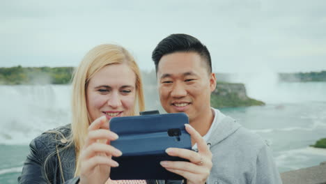 Active-Married-Couple-Taking-A-Selfie-On-The-Phone-At-Niagara-Falls-Close-Up