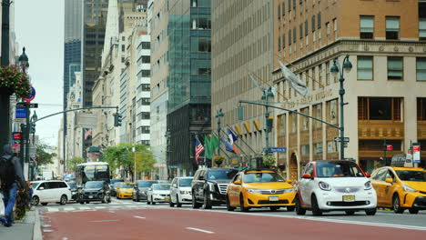 Traffic-Cars-On-The-Luxurious-Madison-Avenue-In-New-York