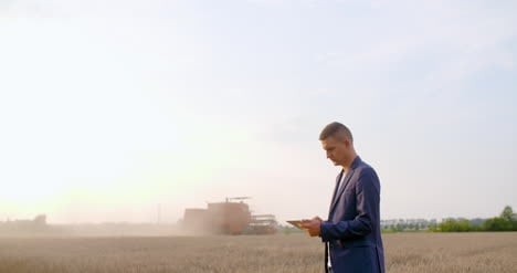Agriculture-Farmer-Using-Digital-Tablet-During-Harvesting-4