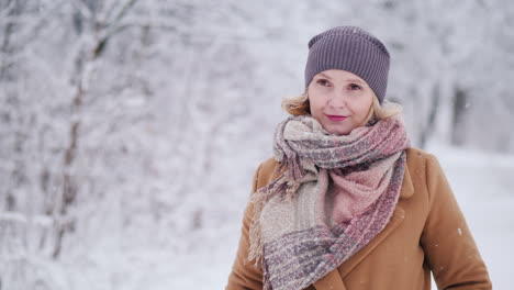 Portrait-Of-A-Middle-Aged-Woman-In-A-Winter-Park-Looks-Into-The-Camera-4k-Video