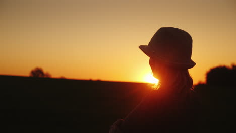 A-Woman-In-A-Hat-Looks-Forward-To-The-Sunset-Hope-And-Bright-Future-Concept-4K-Slow-Motion-Video