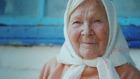 Portrait-Of-An-Elderly-90s-Woman-Looks-At-The-Camera