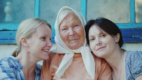 Portrait-Of-An-Elderly-Woman-With-Two-Adult-Granddaughters-4K-Video