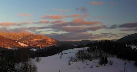 Vista-Aérea-View-Of-Mountains-And-Forest-Covered-With-Snow-At-Sunset-In-Winter-9