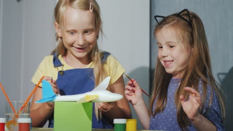 Children-Have-Fun-Together-Paint-A-Model-Of-The-Plane-Laugh-Educational-Games-Dyal-Children-4K-Video