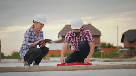 Engineers-Check-The-Accuracy-Of-Building-Construction-Use-The-Level-And-The-Tablet-4K-Video