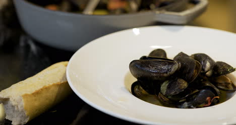 Chef-Is-Decorating-The-Mussel-Dish