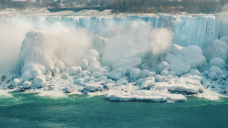 Winter-At-Niagara-Falls-Frozen-With-Ice-And-Snow-05