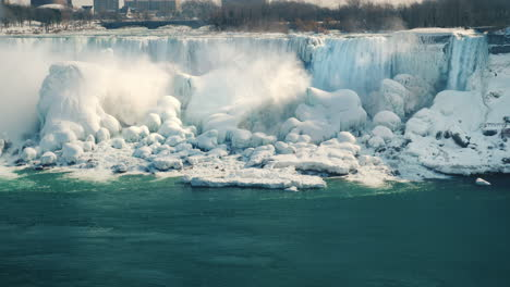 Winter-At-Niagara-Falls-Frozen-With-Ice-And-Snow-06