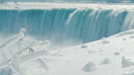 Winter-At-Niagara-Falls-Frozen-With-Ice-And-Snow-07