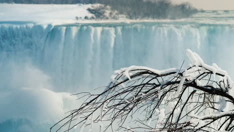 Winter-At-Niagara-Falls-Frozen-With-Ice-And-Snow-08