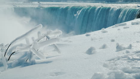 Winter-At-Niagara-Falls-Frozen-With-Ice-And-Snow-09