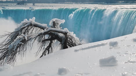 Winter-At-Niagara-Falls-Frozen-With-Ice-And-Snow-10